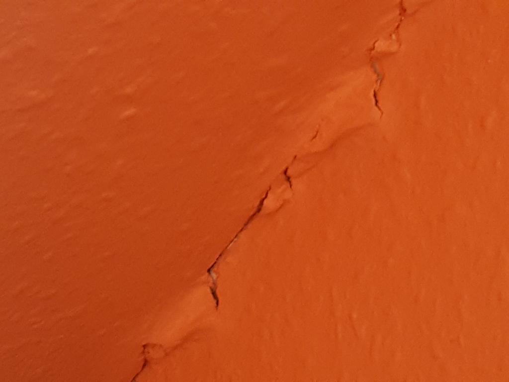 Risse In Der Wand Einer Mietwohnung Dadurch Tapete Und