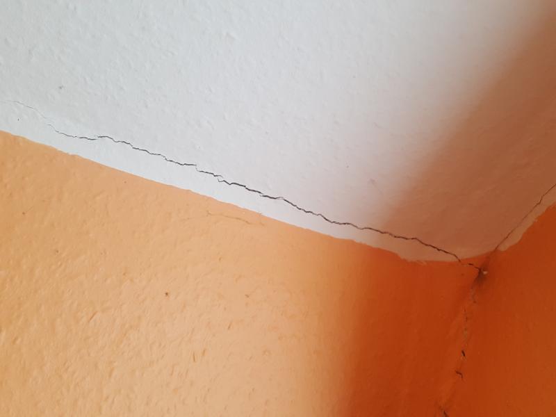 Risse In Der Wand Einer Mietwohnung Dadurch Tapete Und Anstrich Beschadigt Ist Hier Der K__x  Kb