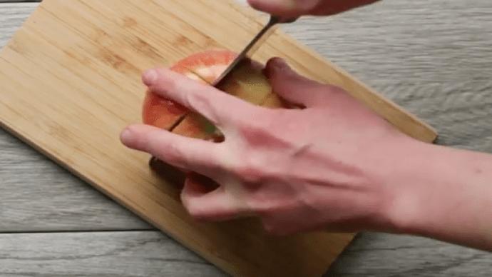 Den ersten Schritt wiederholst du nun mit jeder Seite des Apfels, bis du um das kerngehäuse herum geschnitten hast.