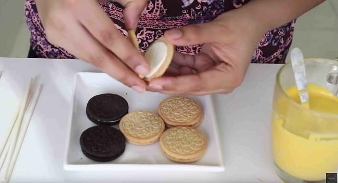 Oreo-Kekse vorsichtig auseinander nehmen